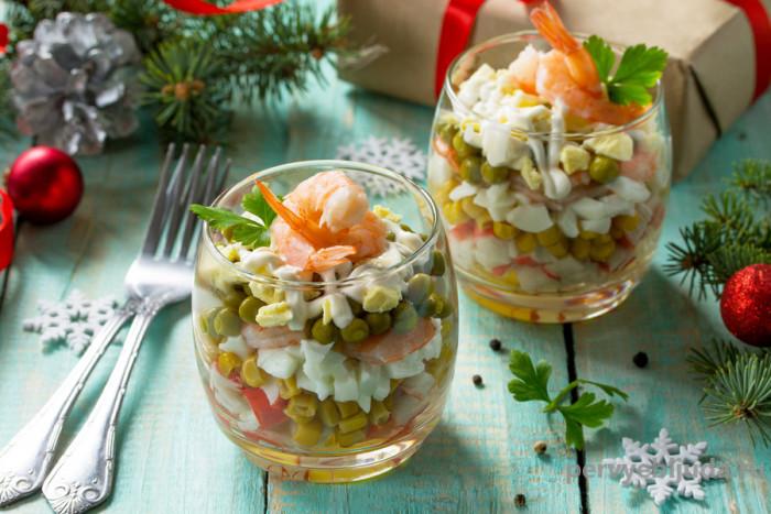 Салат с горошком и крабовыми палочками и кукурузой