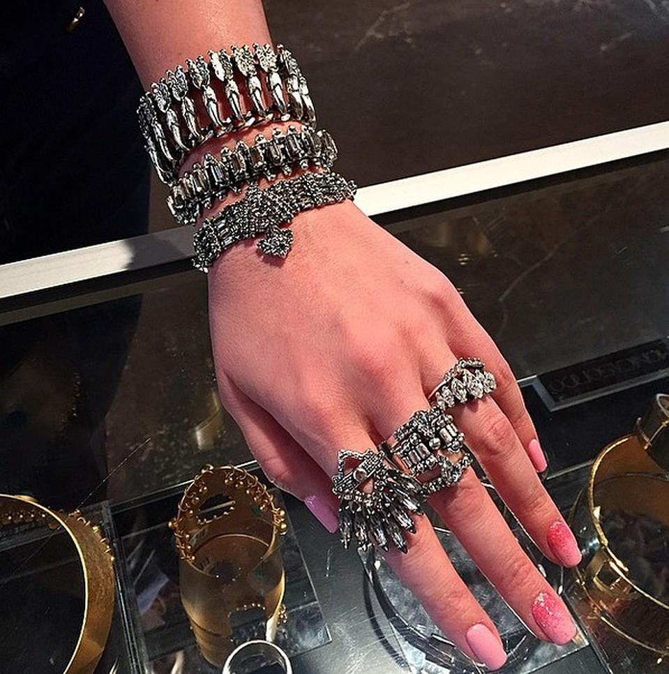 Жасмин неоднократно признавалась, что любит дорогие украшения. Украшения от дизайнерской марки Dylanlex стоят около $ 2000.  Фото: Instagram: jasminshor