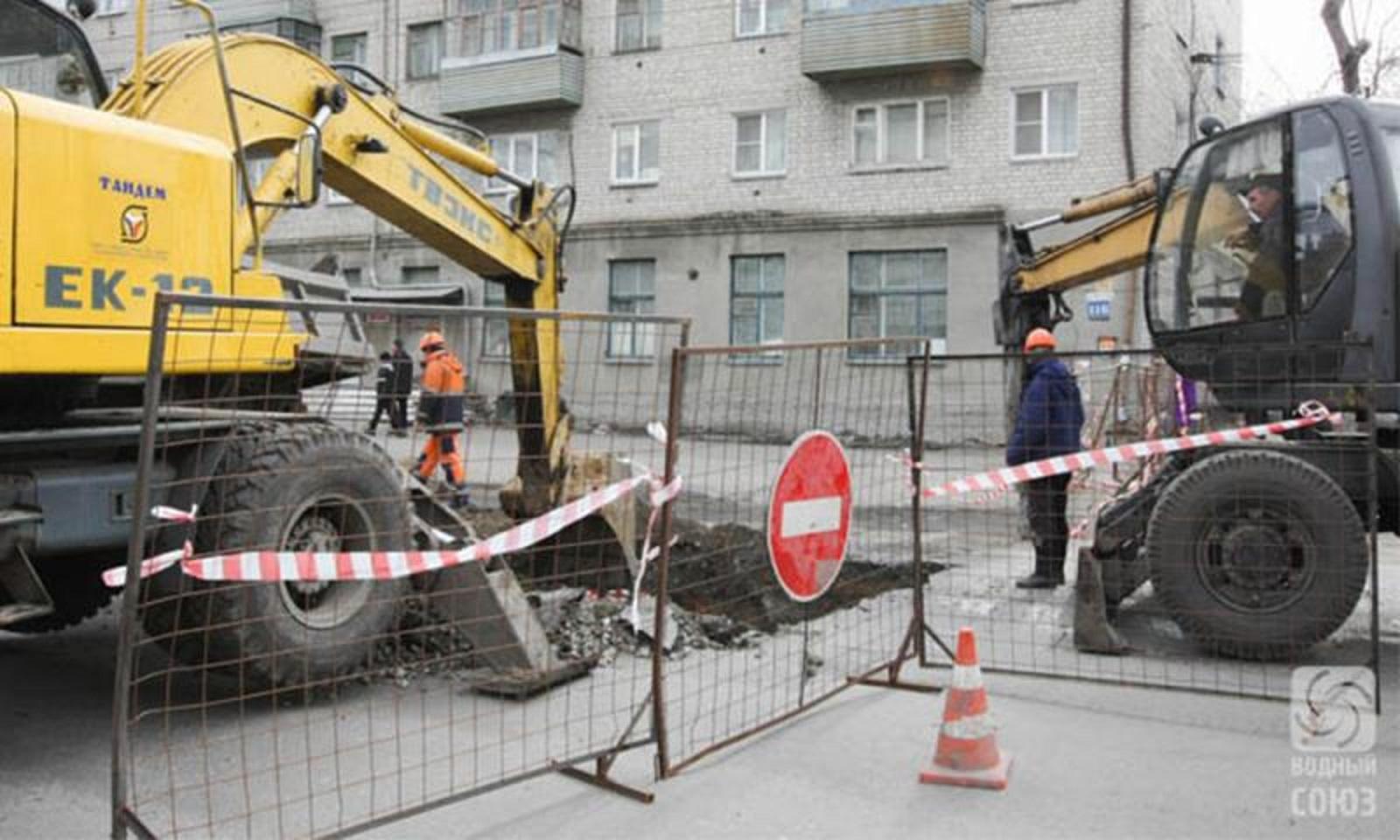 На ул.К.Мяготина возле отремонтированного участка произошла новая авария на коллекторе