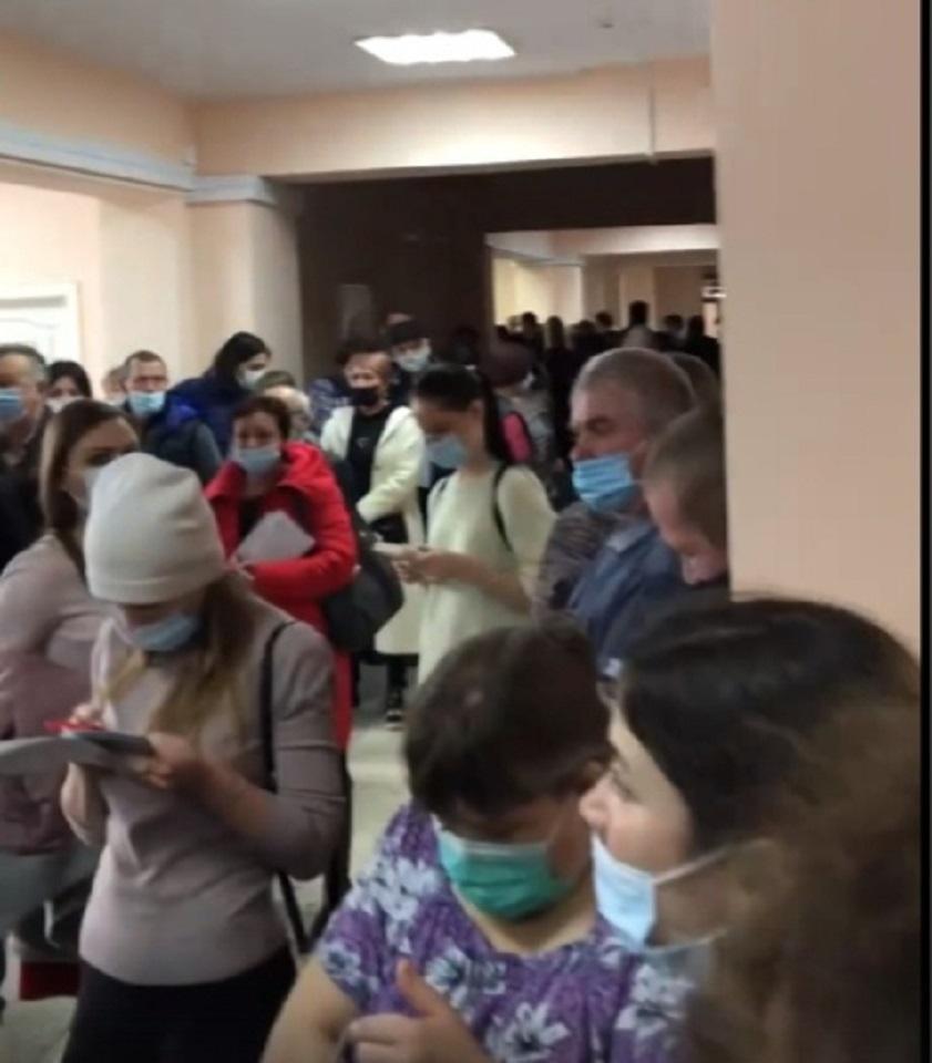 В Кургане за тестами на коронавирус выстроились гигантские очереди