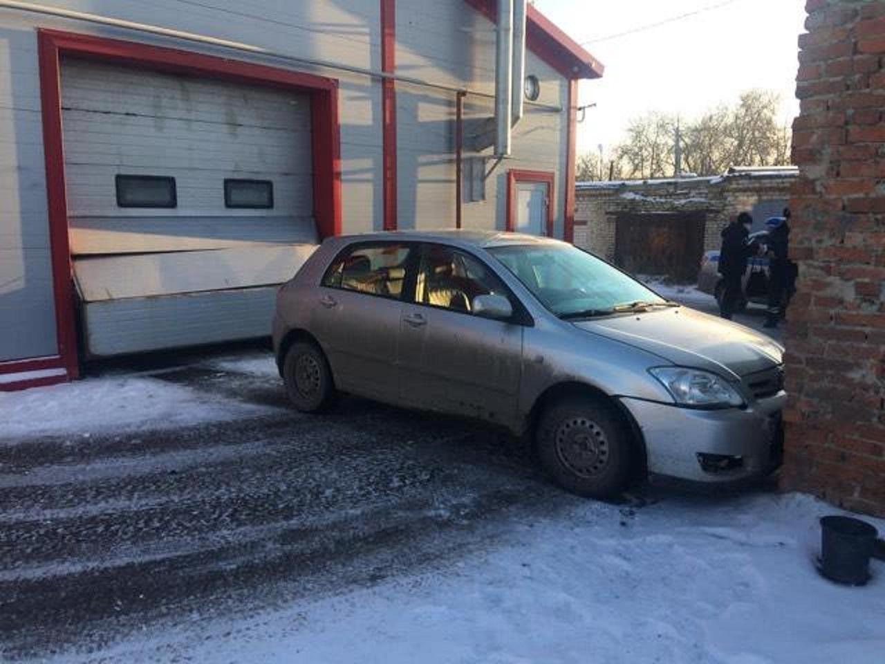 Автоледи перепутала педали: пострадала сотрудница автомойки