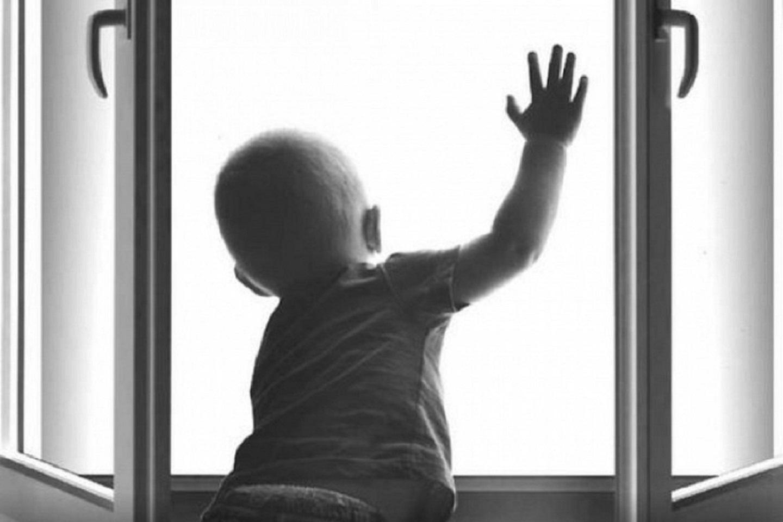 В Кургане малыш выпал из окна пятого этажа