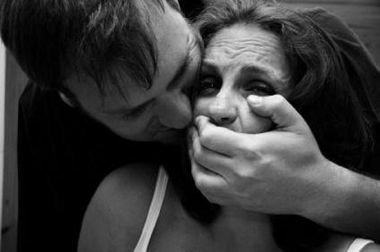 Гость стал домогаться хозяйку на глазах у ее мужа и получил топором по голове