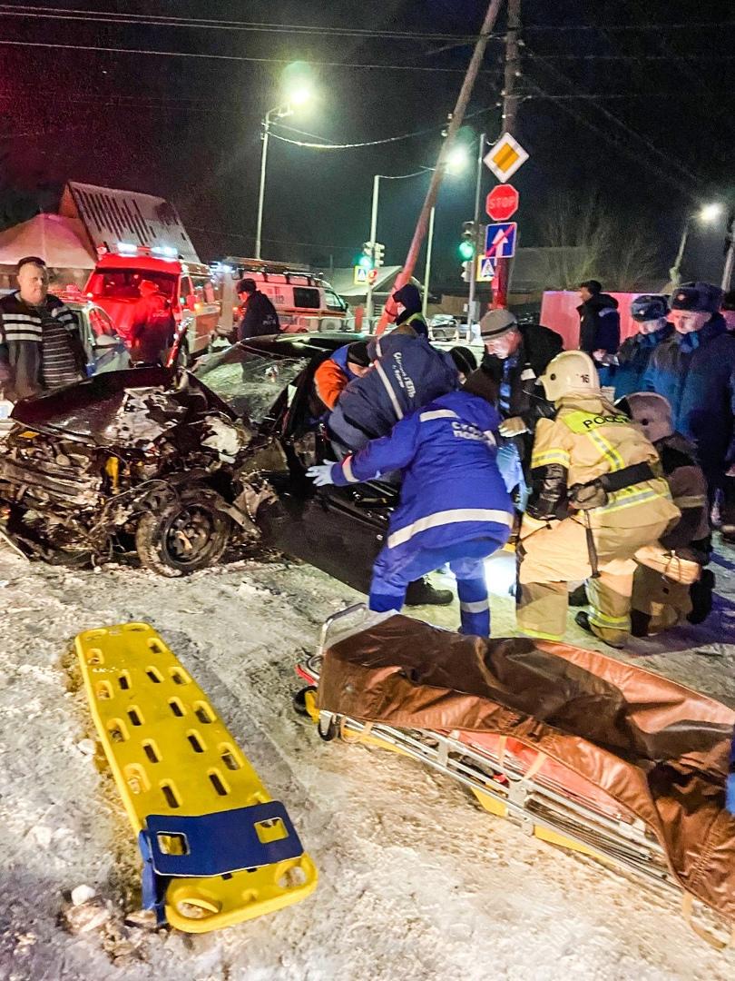 В Северном легковушка врезалась в КАМАЗ, пострадавшие в больнице