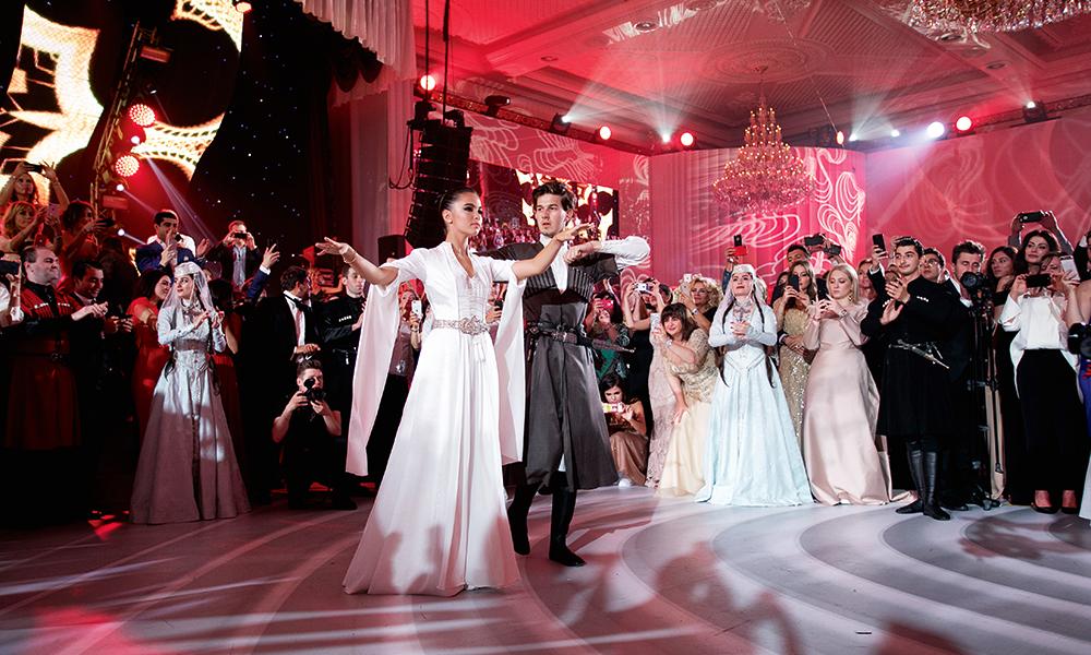 В середине вечера Сарина переоделась внациональный грузинский наряд истанцевала вместе с мужем лезгинку