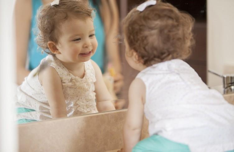 Почему нельзя малышу смотреть в зеркало