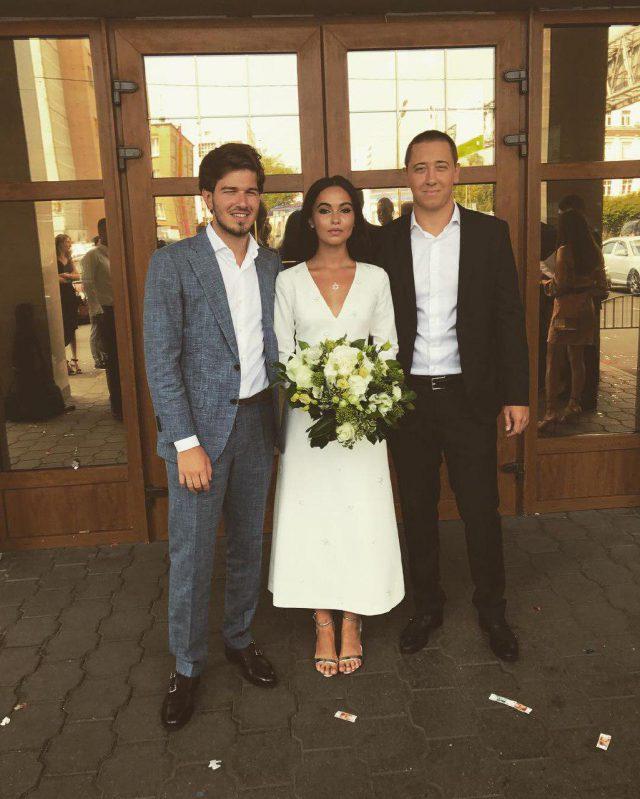 Торнике и Сарина с другом Юрием Мамиашвили после росписи в московском ЗАГСе
