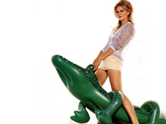 Кирстен Данст фото с надувным крокодилом