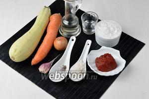 Для работы нам понадобятся кабачки, морковь, лук, томатная паста, пшеничная мука, соль, чёрный молотый перец, сахар, чеснок, подсолнечное масло, уксус.