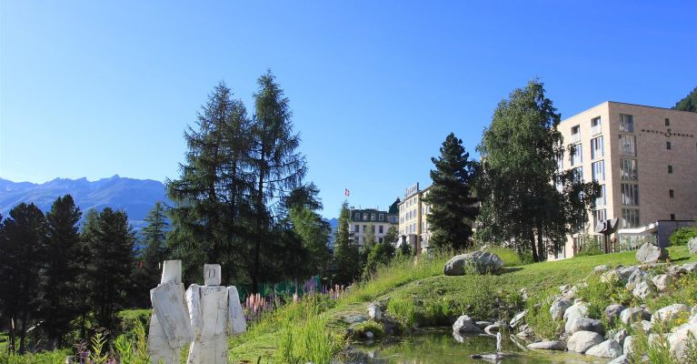 Das Hotel und sein Park