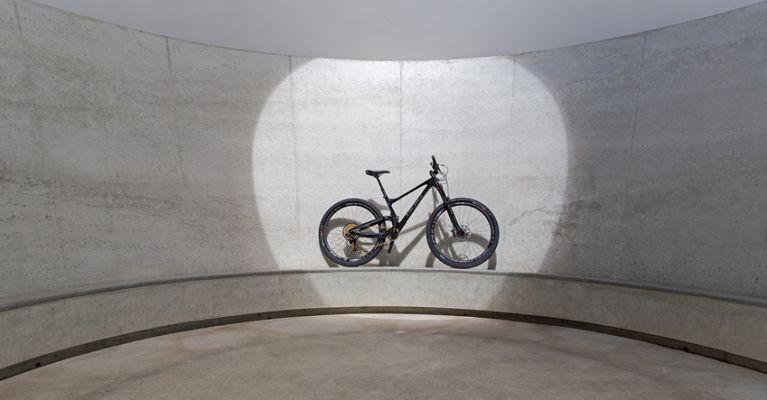 Bold Bike im Skyspace von James Turrell