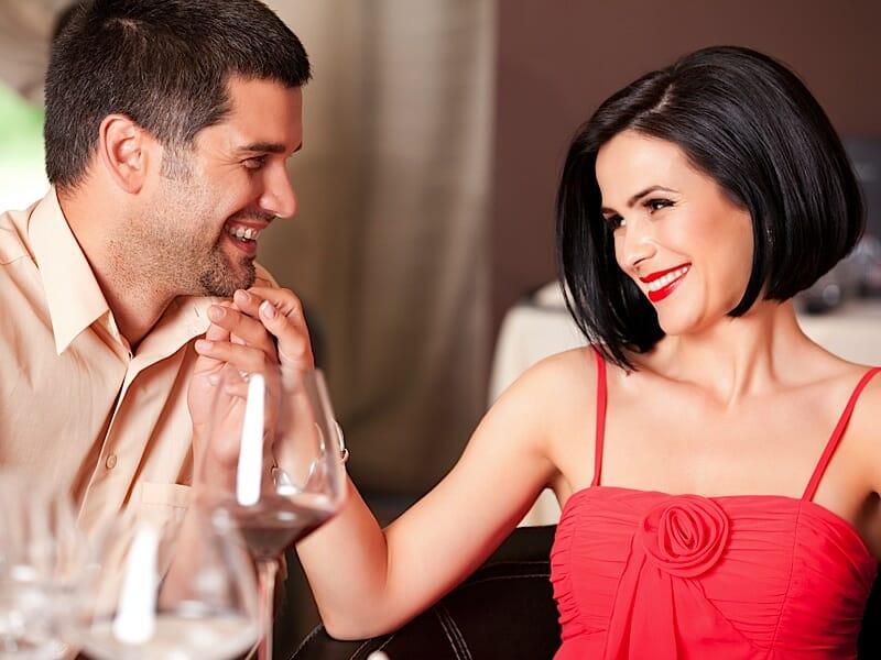 10 признаков того что парень влюблен в тебя