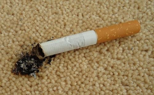 сигарета прожгла ковер и оставила пятно