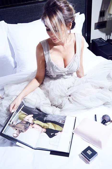 Анна Хилькевич в красивом листает журнал