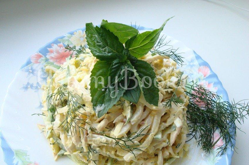 Салат с сыром и кальмарами и чесноком