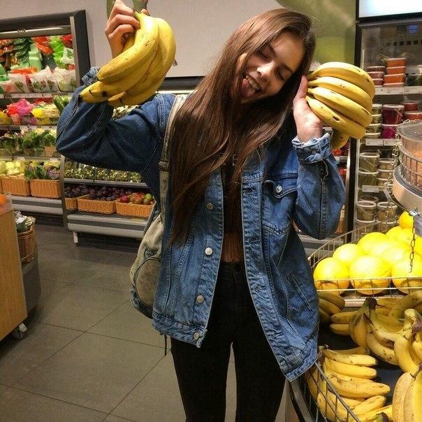 Фото девушки с бананами