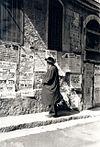 Религиозный еврей читает пашквиль в иерусалимском районе Меа-Шеарим