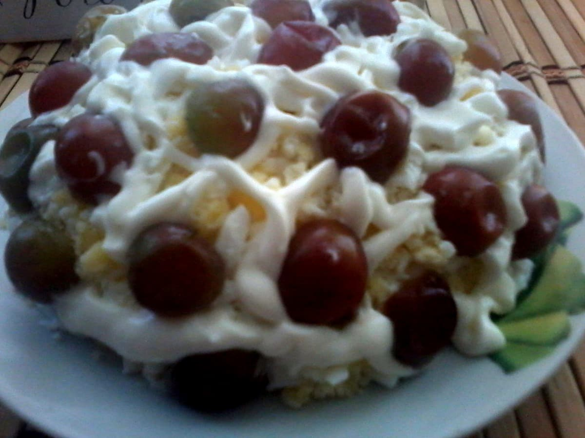 5. Салат с виноградом и курицей - украшаем виноградом.jpg