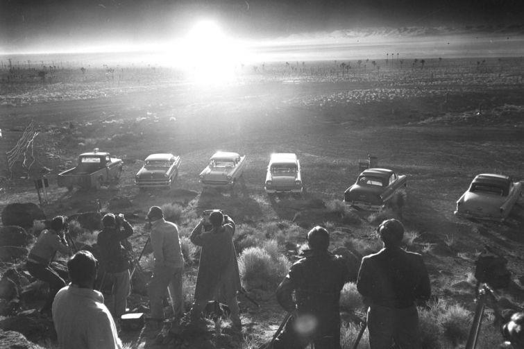 """Репортеры наблюдают ядерный взрыв во время операции """"Плюмбоб"""". 24 июня, 1957 год. история, смотреть, фото"""