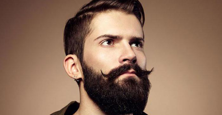 У мужчины борода