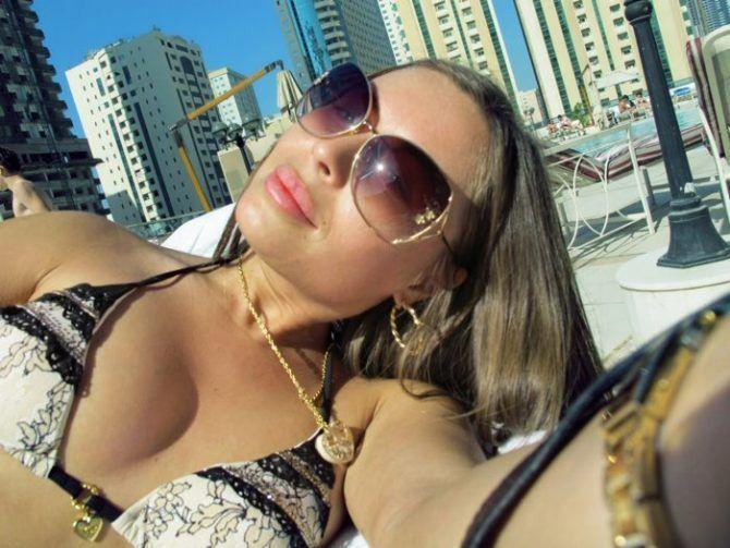 Юлия Михалкова фото в очках и купальнике