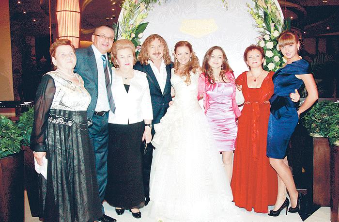 Свадьба композитора и певицы стала большим светским событием