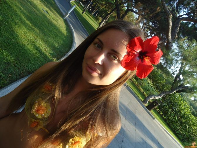 Юлия Михалкова фото с цветком