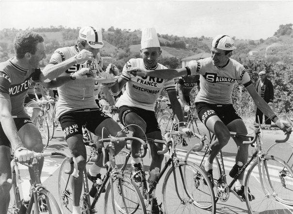Велогонщики перекусывают на ходу спагетти во время прохождения этапа велогонки Джиро д'Италия, 1966 год. история, смотреть, фото