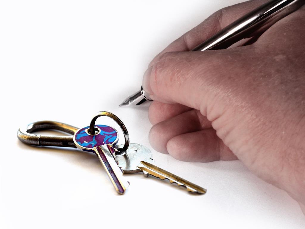 Zur Abbildung einer Unterschrift in elektronischer Form kann eine qualifizierte elektronische Signatur mit einem persönlichen Schlüssel dienen