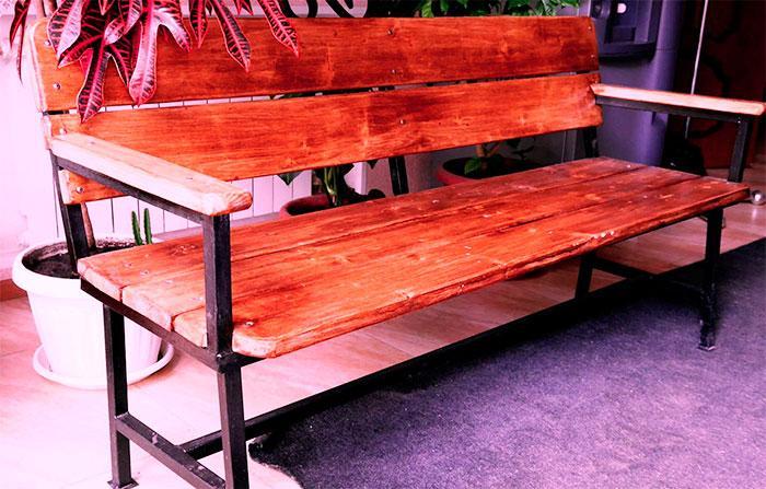 Садовая скамейка с подлокотниками