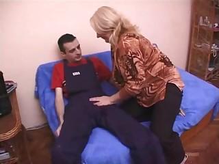 Сочная грудастая старушка на кровати занимается любовью с молодым пацаном