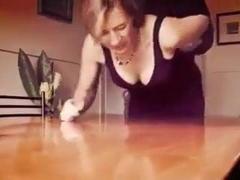 Prise sur la table devant son mari