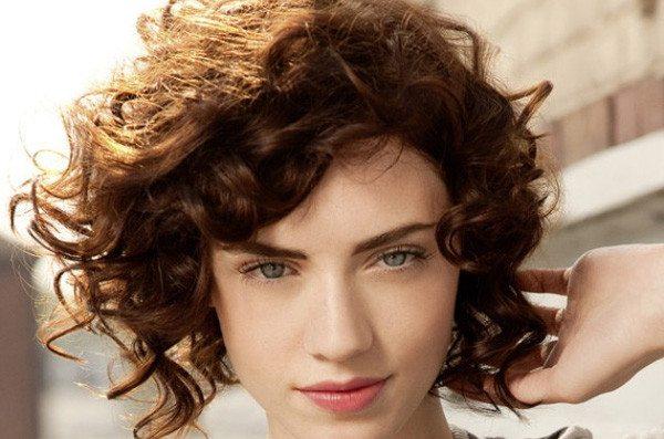 Прически для волнистых волос коротких