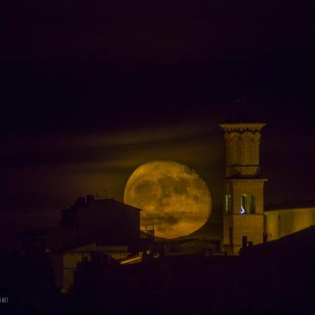 Luna sobre Iglesia de Sant Jordi