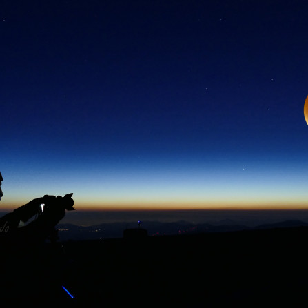 La Luna Roja Nos Vigila