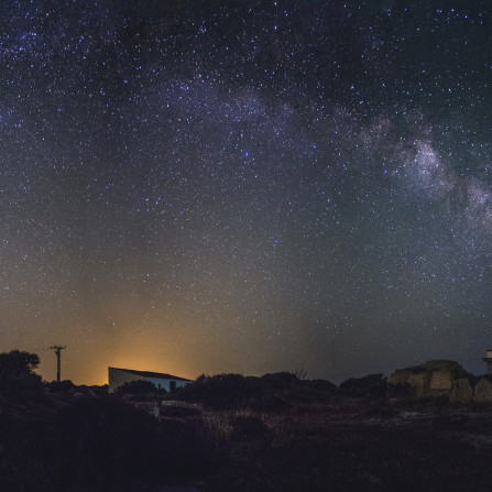 Vía Lactea sobre faro de Cabo Blanco