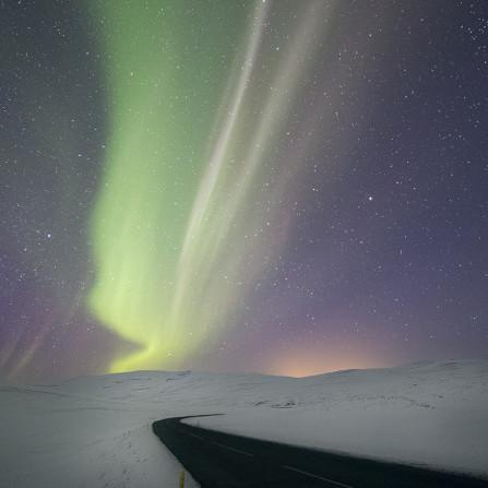 Auroras sobre nieve