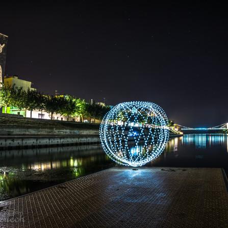 Esfera de luz frente al puente colgante