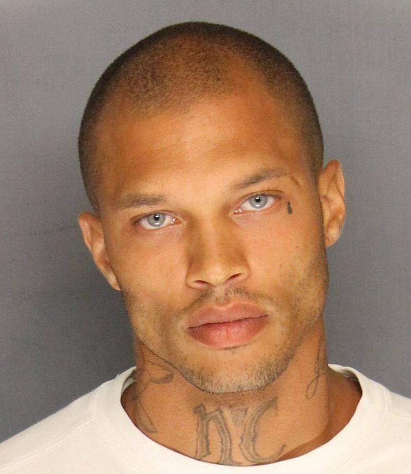 Но снимок Микса, опубликованный на странице полиции Стоктона в Facebook, тут же сразил многих девушек наповал и заставил модельные агентства выстроиться в очередь перед дверями его камеры.    Джереми Микс, жизнь, преступник