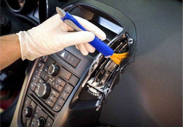 Использование кисточки при чистке авто