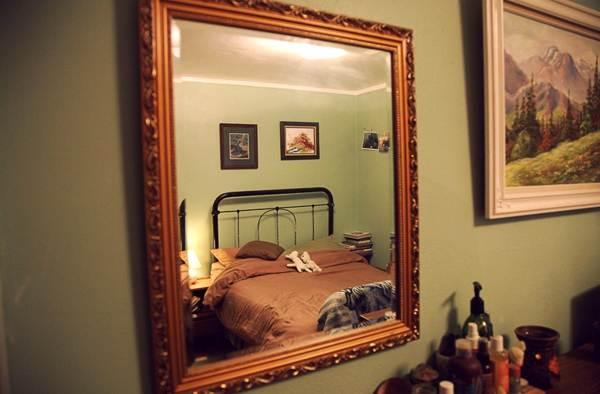Можно ли спать ногами к зеркалу