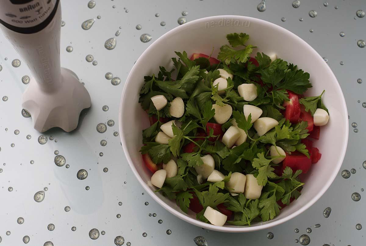 К помидорам добавить чеснок и петрушку