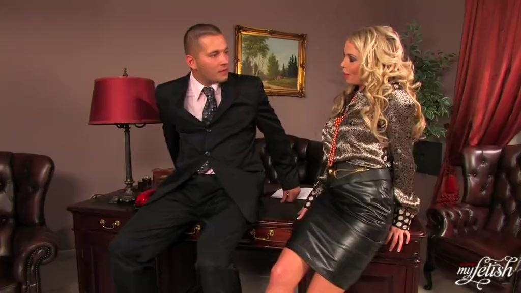 Секс в одежде с блондинкой