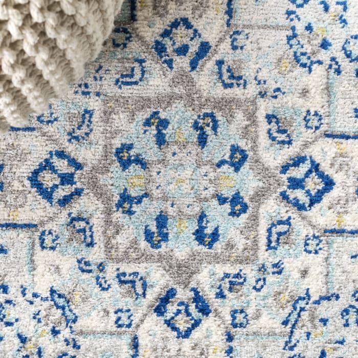 Inigo Blue and White Cottage Medallion Blue/Gray 5' x 8' Area Rug