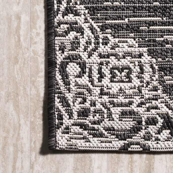 Ornate Medallions Black/ Ivory 4' x 6'  Outdoor Area Rug