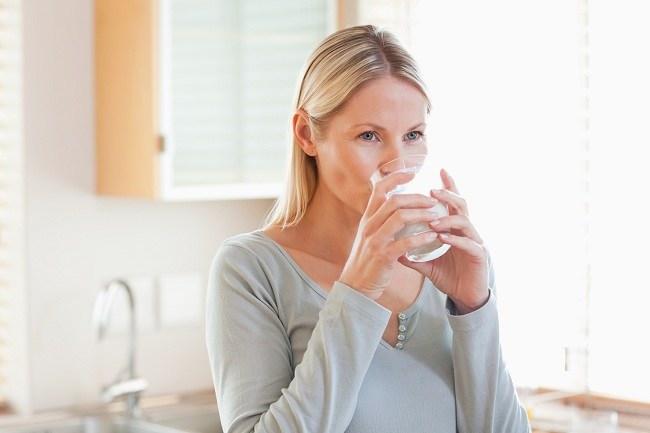 jangan remehkan manfaat minum air putih - alodokter