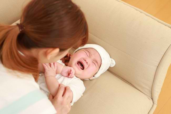orangtua cerdas harus paham alasan bayi menangis - alodokter