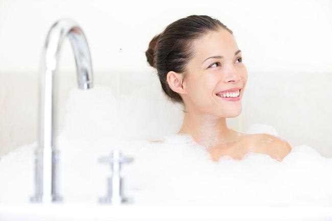 segarnya manfaat mandi pagi dengan air dingin - alodokter