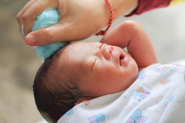 pedoman para Bunda memandikan si kecil baru lahir - alodokter