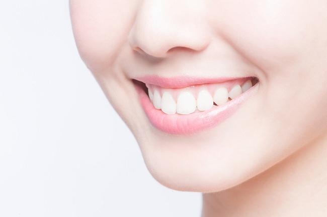 7 Cara Memutihkan Gigi Secara alami yang ampuh - alodokter
